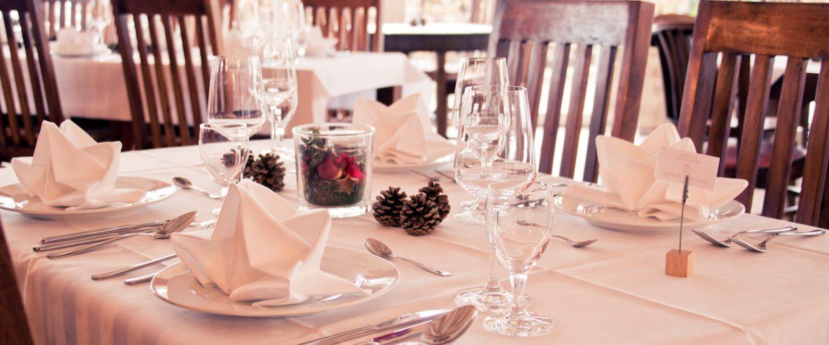Festlich gedeckte Tische im Pavillion des Restaurants Flora