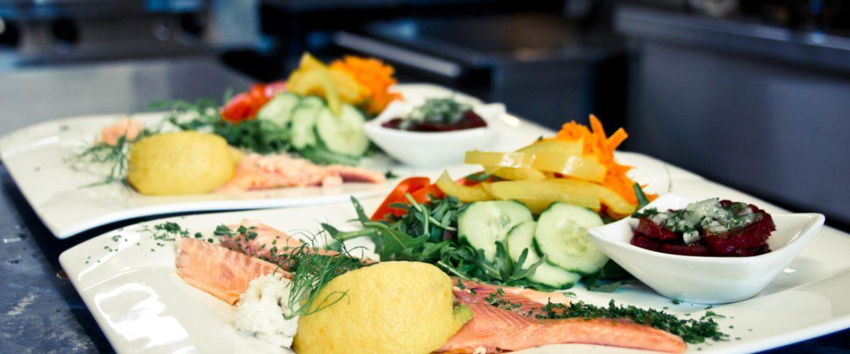 Fisch serviert mit Salat